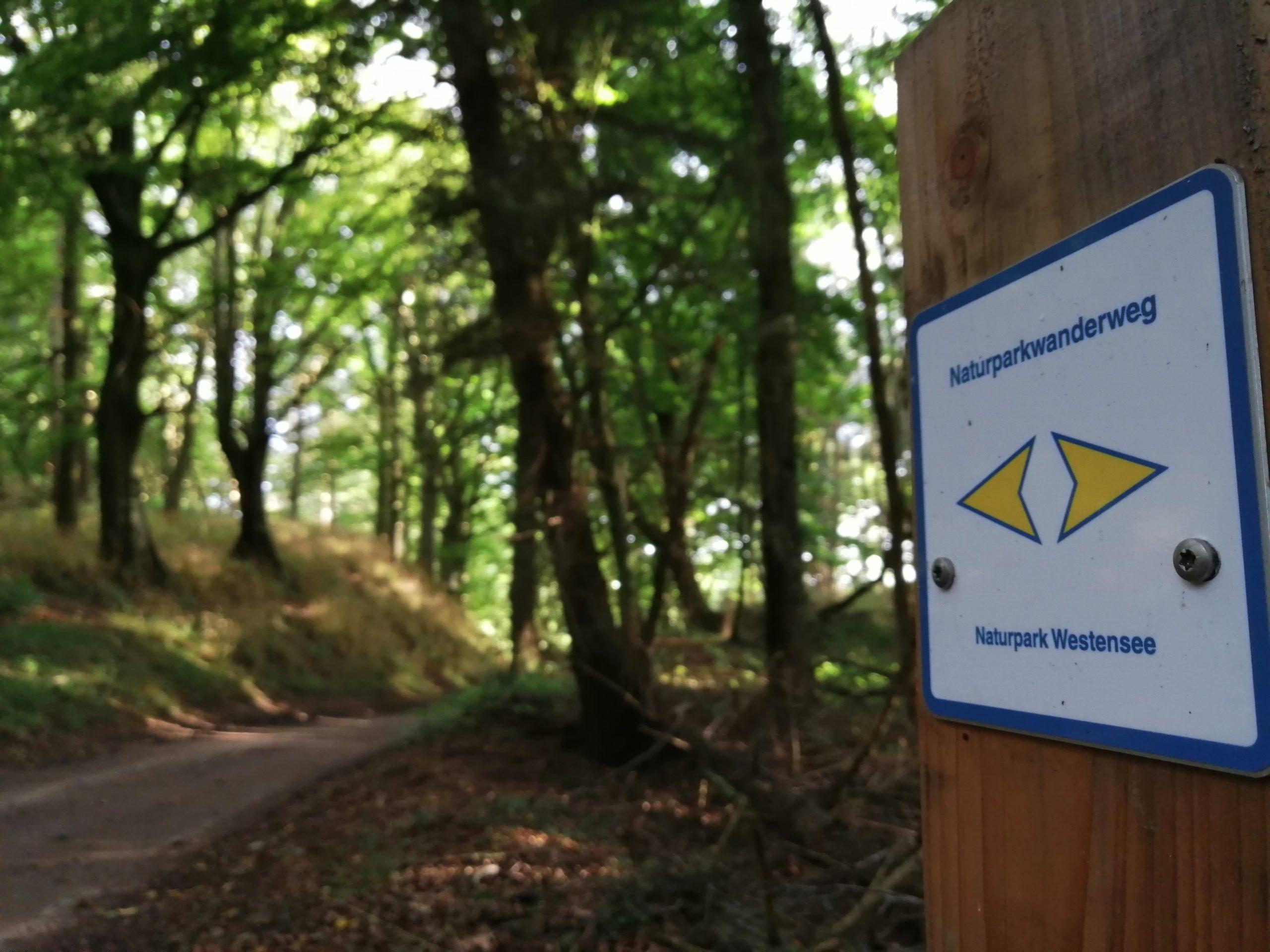 Wegweiser Naturparkwanderweg in Emkendorf